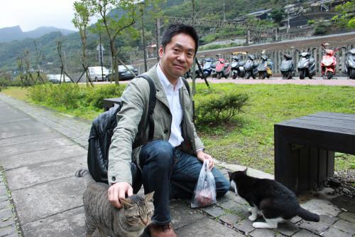 帰り際、家の近くの猫用にとエサを買って持っていたら猫が近づいてきた