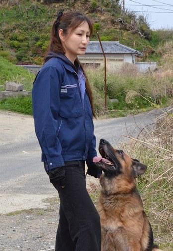 グレースは次の指示を待つ間、松尾晴美さんの目や口元から目を離さない