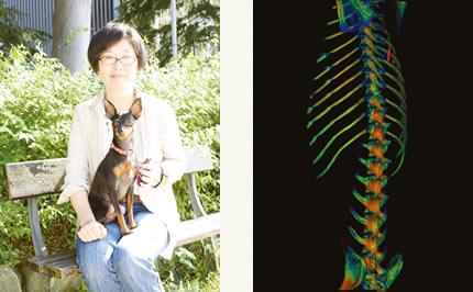 念願叶って犬を迎えた小川さんとモス。(左)(c)/モスの脊椎3DCT画像。(右)(e)