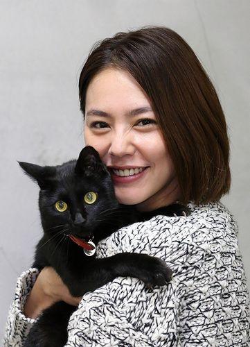 黒猫を幸せそうに抱っこする浅見れいな
