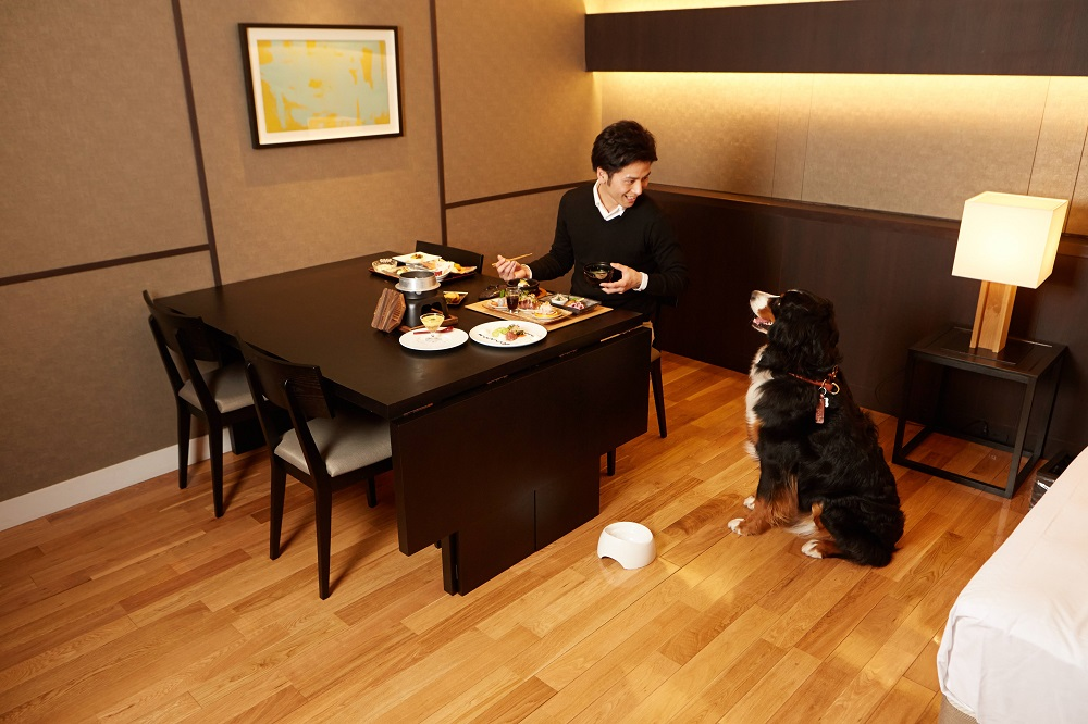 霧島観光ホテルD+KIRISHIMAでは、愛犬と一緒に部屋で食事をとることができる。