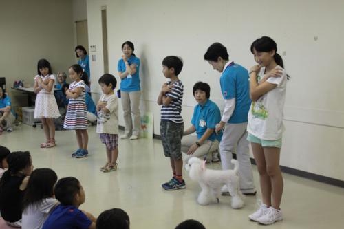 一人で歩いている知らない犬に出会ったら、「木」になって、じっとしていよう。読み聞かせに先立ち、まずは犬との正しいふれあい方を学ぶ「ふれあい教室」がおこなわれた(c)大塚敦子