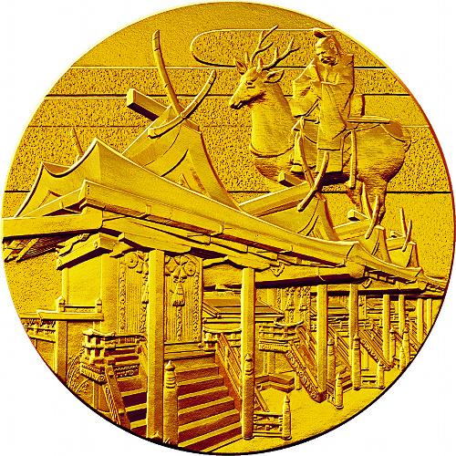 国宝章牌「春日大社」金(表)=造幣局提供