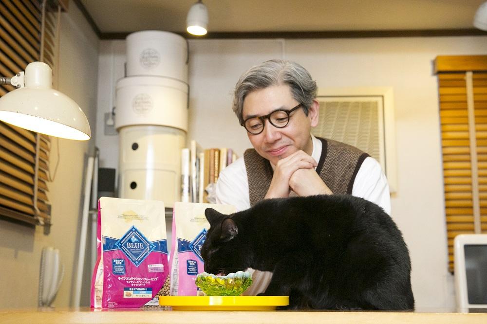 イラストレーターのソリマチアキラさんと愛猫のライくん。