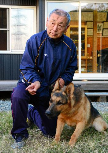 犬に指示を出す須永武博さん=群馬県太田市
