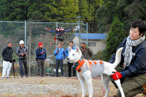 実験に使われた狩猟犬と那賀町オリジナルのドローン=徳島県那賀町和食郷