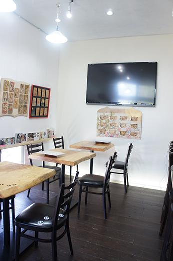 カフェスペースでゆっくり作品を楽しむこともできます。店内のあちこちに猫デザインが潜んでいますよ!