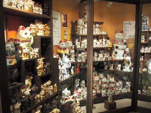 招き猫ミュージアムの展示。左側が常滑、右側が瀬戸産=愛知県瀬戸市
