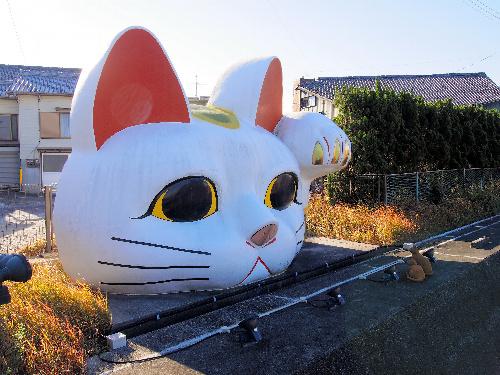 愛知県常滑市の巨大な招き猫オブジェ「とこにゃん」