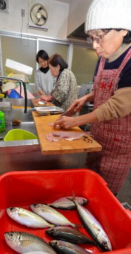 地元の主婦らが次々と魚をさばいた=いずれも高知県中土佐町矢井賀