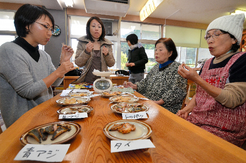 猫用おやつの試作品を試食する井川愛さん(左端)ら