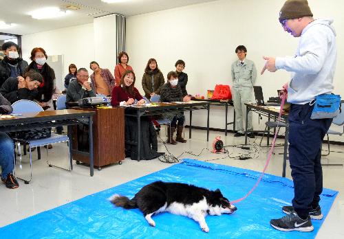 愛犬を使ってしつけ方法を指導する金川英樹さん=福岡県行橋市