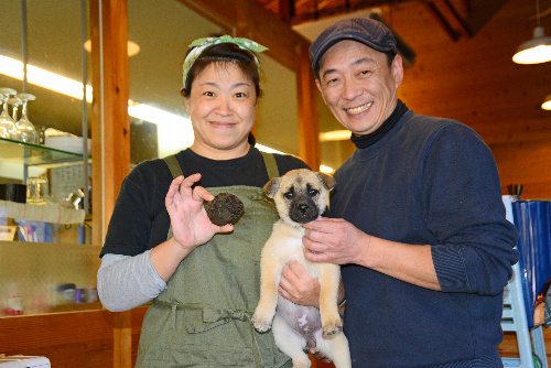 「うまじのパン屋」の前田奉基さん(右)と美佳さん。トリュフとみられるキノコを掘り当てた愛犬きなこと一緒に=高知県馬路村