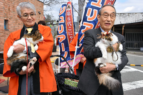 見つめ合うニタマ駅長(右)とジュリアーノ市長=和歌山県紀の川市