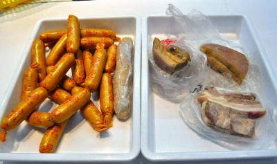 記者が取材中に検疫探知犬が見つけた生肉など。トランクの中に他の荷物と一緒に詰め込まれていた=東京都大田区の羽田空港